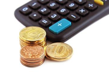 Российские монеты и калькулятор на белом фоне