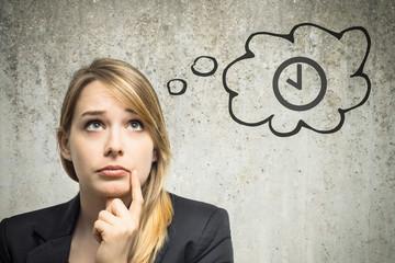 Junge Frau denkt an Uhr