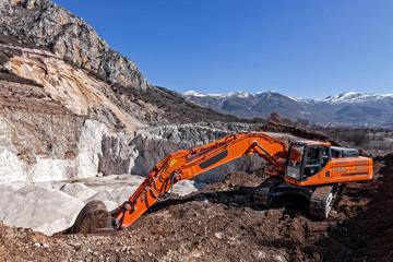 scavatore cingolato in miniera di inerti