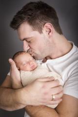 Vater küsst seinen Sohn