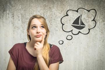 Junge Frau denkt an Segelboot