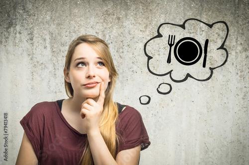 Junge Frau denkt an Essen