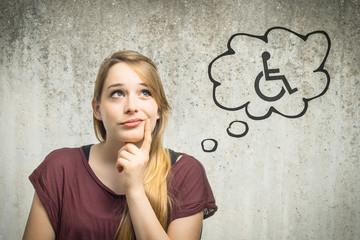 Junge Frau denkt an Rollstuhl