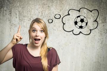 Junge Frau denkt an Fussball