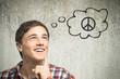 Junger Mann denkt an Frieden