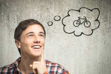 Junger Mann denkt an Fahrrad
