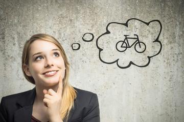 Junge Frau denkt an Fahrrad