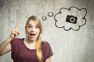 Junge Frau denkt an Kamera