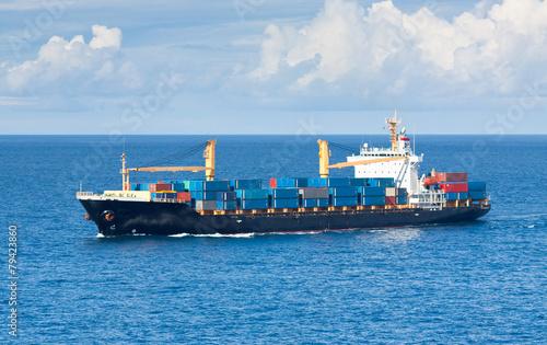 navire porte-conteneurs en mer
