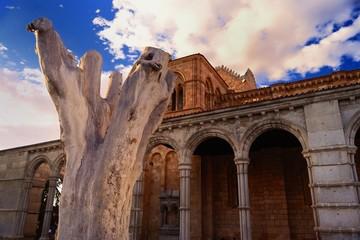 tronco frente a la basilica de San Vicente en Avila