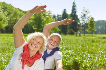 Senioren machen Sport im Freien im Sommer