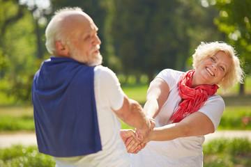 Mann und Frau tanzen gemeinsam im Sommer