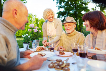 Lachende Senioren bei Geburtstagsfeier mit Kuchen