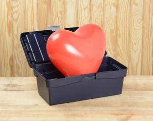 Caja de herramientas con globos en forma de corazón