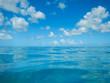 Ozean mit Fischerboot - 79438069