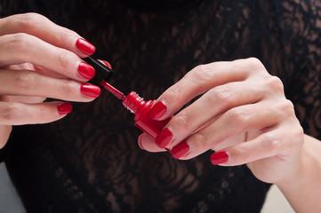 mains de femme et vernis à ongles