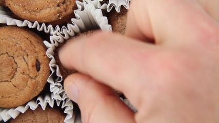 Kekse mit der Hand nehmen