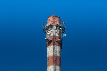Podest z antenami na szczycie komina przemysłowego