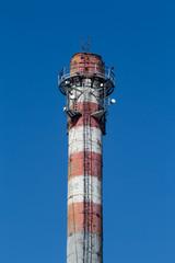 Przekaźniki telekomunikacyjne na szczycie komina