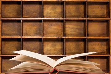 libro aperto in biblioteca