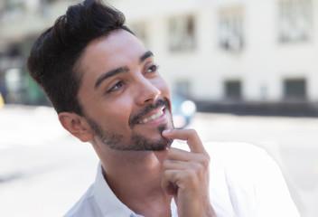 Modischer junger Mann träumt in der Stadt