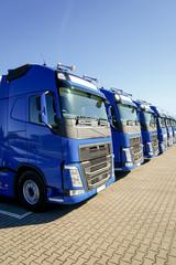 LKW-Spedition, in einer Reihe abgestellte Lastkraftwagen