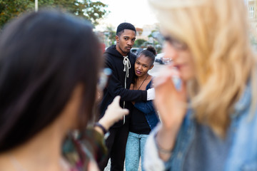 Rassismus im Alltag - schwarzes Paar wird gemobbt