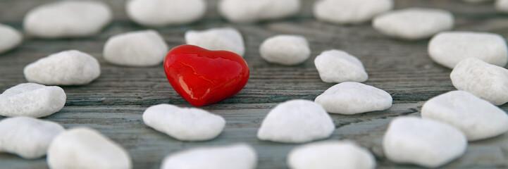 rotes Herz mit weißen Steinen