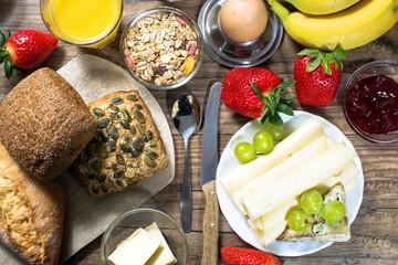 gesundes Frühstück serviert auf Holztisch
