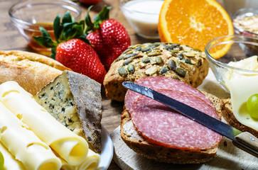 Salamibrötchen auf gedecktem Frühstückstisch