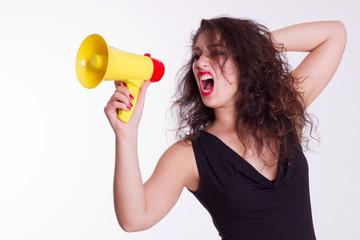 Frau schreit ins Megaphone - isoliert
