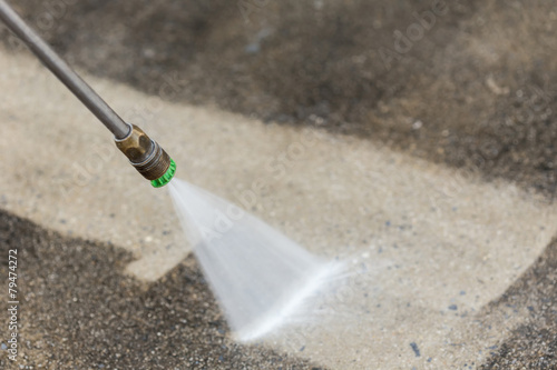Outdoor floor cleaning with high pressure water jet - 79474272