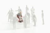 Kunststoff-Figur sitzt im Rollstuhl