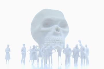 Silhouetten von Figuren und Schädel im Hintergrund