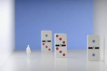 Figur steht vor der Domino.