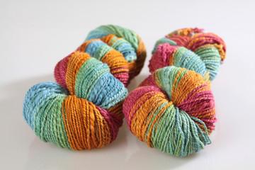 Zwei Stränge selbstgesponnene bunte Wolle