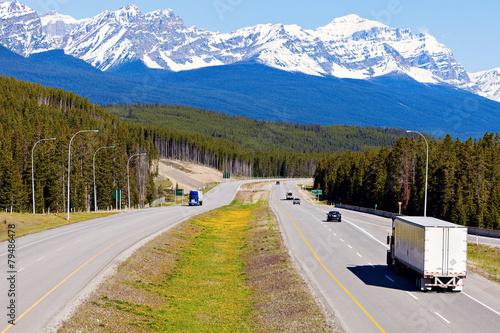 Foto op Plexiglas Canada Semi truck on the road in Banff National Park