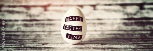 Fotobehang Egg Konzeptuelles Osterei steht vor Holzhintergrund