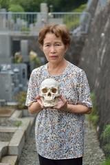 骸骨を持っている高齢の女性
