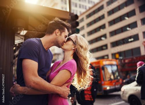 Leinwanddruck Bild romantic couple kissing in down town los angeles