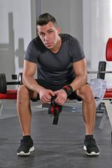 Retrato de un hombre deportista en un gimnasio,descansando.