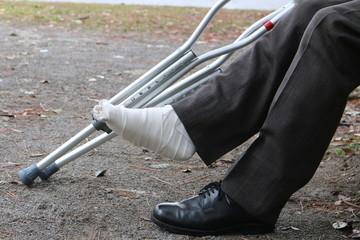 松葉杖と足の包帯