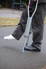 足の包帯と松葉杖