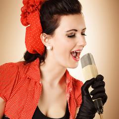 singendes Pinup mit Retro Mikrofon