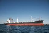 Öl Tanker Schiff am Meer vor blauer Kulisse