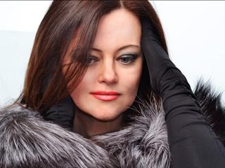 Mujer estilo fashion con un abrigo de piel.