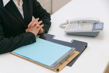 ビジネスシーン 書類 電話