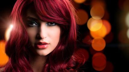 attraktive junge Frau vor Bokeh-Hintergrund