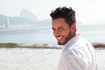 Brasilianer an der Copacabana schaut zur Kamera