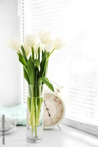 Poster Tulp White beautiful tulips in light interior